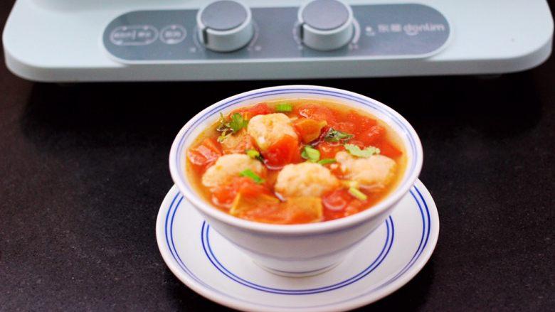 虾滑番茄豆干汤,啦啦啦,把做好的虾滑番茄豆干汤,盛到碗里即可享用咯。
