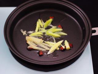 虾滑番茄豆干汤,东菱早餐机的平底锅烧热后,倒入花生油烧热后,先小火慢慢炸香八角后,再爆香蒜苗和姜丝。