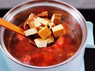 虾滑番茄豆干汤,加入提前切丁的豆干。