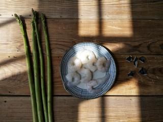芦笋虾仁——春吃一口鲜,准备食材。虾仁是提前用鲜虾剥出,处理好冰起来的,每次吃的时候解冻一下就会很方便。(虾去头去皮,从第三节处剔出虾线,然后少许水盐,充分抓匀,洗掉虾仁身上的粘液,然后用清水反复冲洗,到虾仁比较白净,用厨房纸吸干水分,加适量料酒和少量淀粉,抓匀腌一会。)