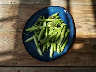 芦笋虾仁——春吃一口鲜,把芦笋洗干净,斜刀切段。