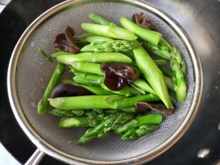 芦笋虾仁——春吃一口鲜,将焯好的芦笋和木耳沥水捞出备用。