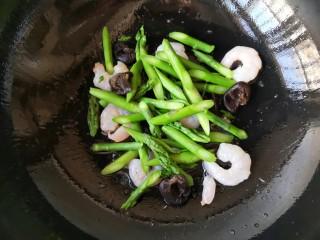 芦笋虾仁——春吃一口鲜,下入焯好的芦笋和木耳。