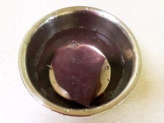 青椒炒猪肝,把猪肝放入冷水中浸泡20分钟,中间换一次水,泡出血水
