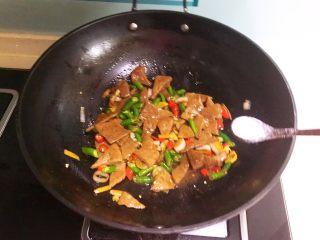 青椒炒猪肝,翻炒均匀,加入精盐调味