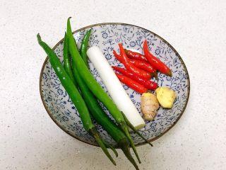青椒炒猪肝,准备辅料:尖椒,泡椒小米辣,鲜姜,大葱