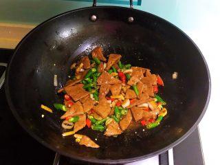 青椒炒猪肝,翻炒均匀即可,青椒炒猪肝做好了