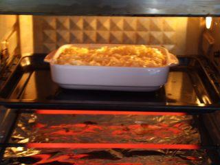芦笋虾仁焗饭配冬阴功风味蒸烤鸡胸,放入烤箱的中层。