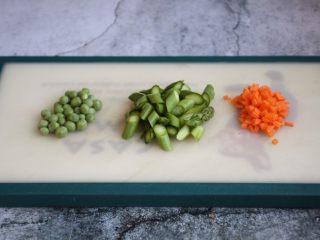 芦笋虾仁焗饭配冬阴功风味蒸烤鸡胸,芦笋切段、豌豆剥皮、胡萝卜切成小丁备用。