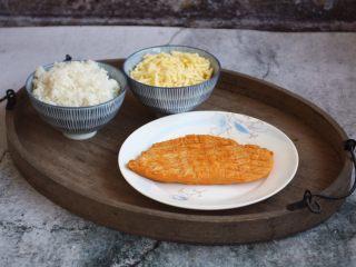 芦笋虾仁焗饭配冬阴功风味蒸烤鸡胸,将隔夜米饭打散。马苏里拉芝士提前从冰箱里拿出来,自然解冻。冬阴功风味蒸烤鸡胸提前从冰箱里拿出来自然解冻。
