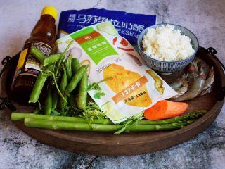 芦笋虾仁焗饭配冬阴功风味蒸烤鸡胸,准备好食材。