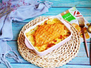 芦笋虾仁焗饭配冬阴功风味蒸烤鸡胸,将加热好的冬阴功风味蒸烤鸡胸放在焗饭上。
