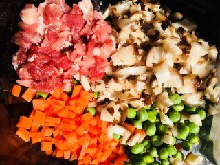 糯米蛋,把五花肉丁、香菇丁、胡萝卜丁和豌豆一起放入玻璃碗中