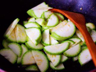 蒜香西葫芦海虹炒木耳,这个时候加入切片的西葫芦。