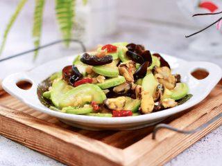 蒜香西葫芦海虹炒木耳,绝对的下饭菜。