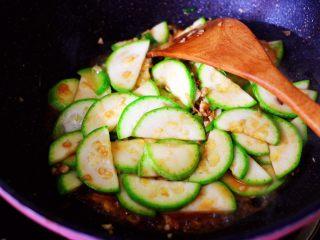 蒜香西葫芦海虹炒木耳,大火继续翻炒至所有的食材和调料混合均匀。