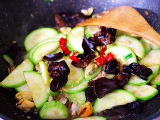 蒜香西葫芦海虹炒木耳,再加入焯水的木耳和小米辣。