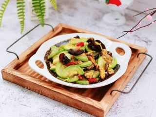 蒜香西葫芦海虹炒木耳,老公多吃了两碗米饭。