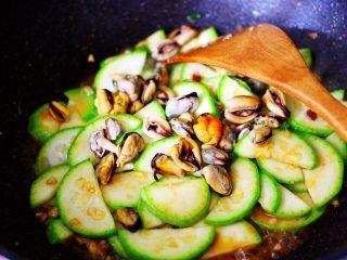 蒜香西葫芦海虹炒木耳,加入焯水后的海虹肉,大火继续翻炒片刻。