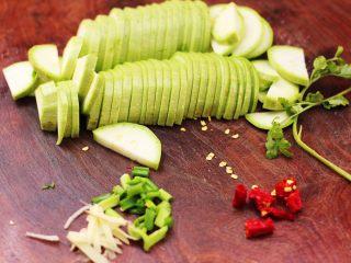 蒜香西葫芦海虹炒木耳,西葫芦洗净后用刀切成薄片,葱姜切碎,小米辣切丁。