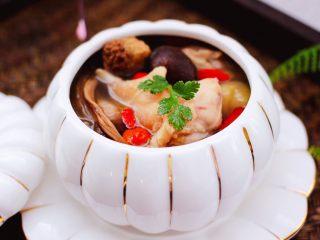 姬松茸板栗炖鸡汤,鲜香可口又滋补的鸡汤就炖好了。