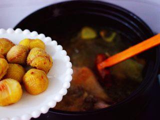 姬松茸板栗炖鸡汤,打开锅盖,倒入板栗进行炖煮半个小时。
