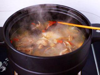 姬松茸板栗炖鸡汤,大火煮沸后继续煮10分钟左右。