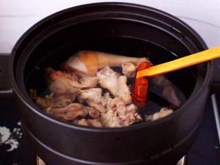 姬松茸板栗炖鸡汤,砂锅里加入适量的清水,把焯过水冲洗干净的土鸡放入砂锅里。