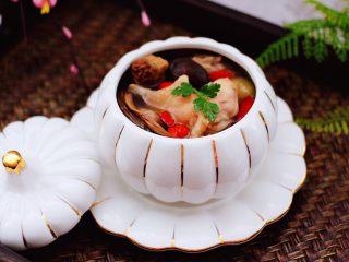 姬松茸板栗炖鸡汤,盛到碗里就可以开始享用啦。
