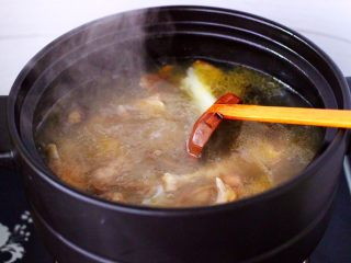 姬松茸板栗炖鸡汤,大火直接煮沸后。