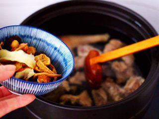 姬松茸板栗炖鸡汤,加入浸泡好的所有调料。