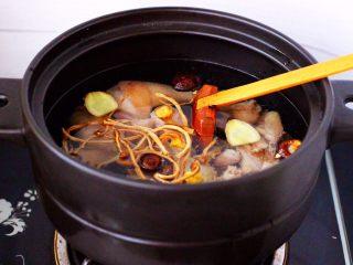 姬松茸板栗炖鸡汤,再加入2片姜。