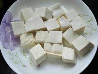 肉末豆腐,切成均匀的块状