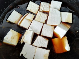 肉末豆腐,锅内放入小半锅清水放入豆腐