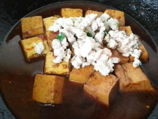 肉末豆腐,煮致豆腐上色加入炒好的肉末