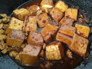 肉末豆腐,煮致汁干入味即可出锅