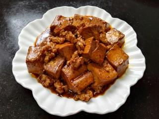 肉末豆腐,装盘肉末盖在豆腐上即可
