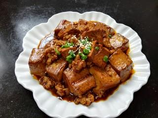 肉末豆腐,撒上熟白芝麻和葱花点缀