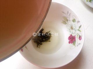 上海三鲜小馄饨,加入大半碗煮开的高汤或开水。