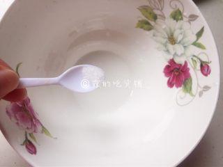上海三鲜小馄饨,碗里根据个人口味放盐和紫菜。