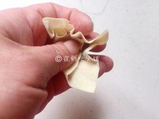 上海三鲜小馄饨,传统小馄饨的包法,用一根筷子挑适量肉馅放在馄饨皮中心位置,然后先把大拇指这边的皮捏下去。