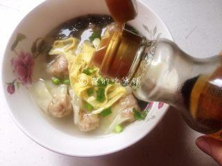 上海三鲜小馄饨,撒上葱花,挑一筷子猪油或者倒上点香油,就OK啦。