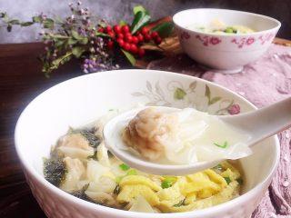 上海三鲜小馄饨,肉馅非常饱满,比外面卖的吃着过瘾好多哦。