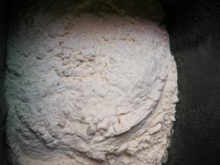 黑芝麻糖角包,放入300克面粉