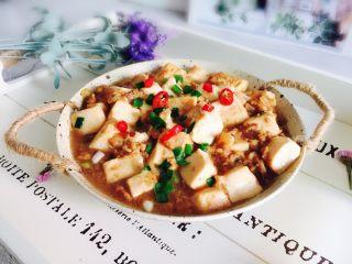 洋葱肉末烩豆腐,出锅装盘小米椒装饰