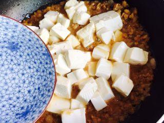 洋葱肉末烩豆腐,加1碗热水,莫过豆腐即可。大火烧开转小火慢炖3-5分钟