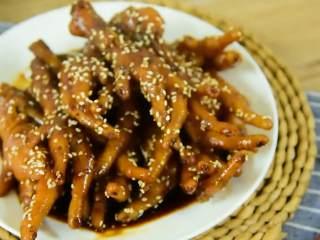 美美的一盘下酒菜,啃就完了,超级入味软糯黏牙的黑胡椒鸡爪。