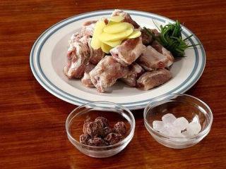 话梅排骨,准备好所需食材;生姜切片,小葱打成葱结;