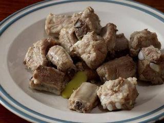 话梅排骨,锅内倒油,烧热后下排骨翻炒,将排骨炒至表面微黄即可捞出;