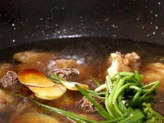 话梅排骨,加生姜片和葱结,倒入话梅,少量的来一点生抽调色,盖上锅盖焖煮;